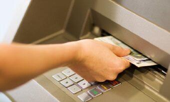 En man hittar pengar i en bankomat. Det han bestämmer sig för att göra? WOW!