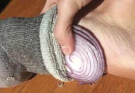 Det här händer om du lägger en lök i din strumpa – så smart!