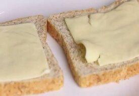Pojken tar ett foto av sin ostsmörgås i skolan. Då inser hans mamma att en lärare stal hans lunch!