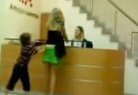 Vad den här pojken gör mot sin mamma offentligt får hela internet att KOKA!