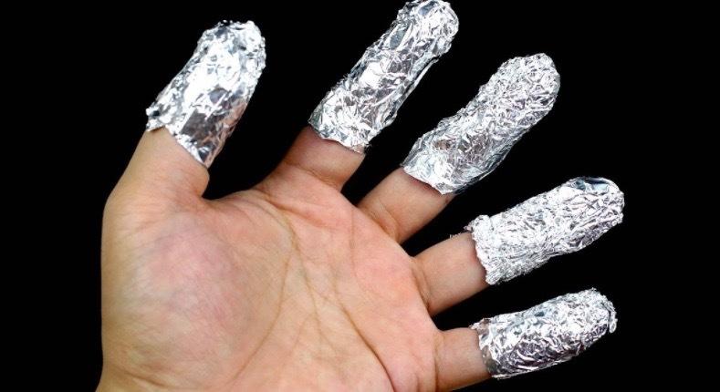 Kvinnan sätter aluminiumfolie på fingertopparna – anledningen är briljant!