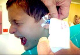Mamman tog sonen till doktorn – då hittar läkaren DETTA i hans öra!
