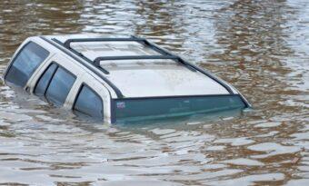 Om din bil skulle sjunka, så är detta vad du måste göra för att överleva!