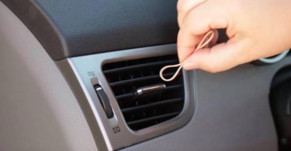 Hon fäster ett gummiband i bilens luftventil. 10 sekunder senare tror man inte sina ögon!