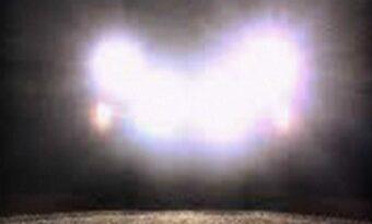 Om en bil parkerar framför dig med helljusen rakt mot dig bör du köra iväg DIREKT!