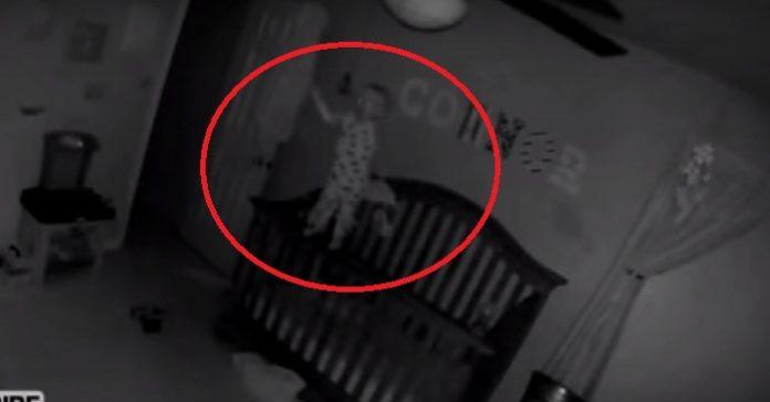 Deras son hade ofta blåmärken när han vaknade på morgonen. Vad kameran fångar på film är SKRÄMMANDE!