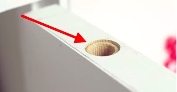 Mannen borrar ett hål i toppen på dörren. Anledningen kan rädda dig!