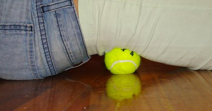 Tennisbolltricket som kan lindra rygg, nack och knäsmärta på sekunder! Det här borde alla prova!