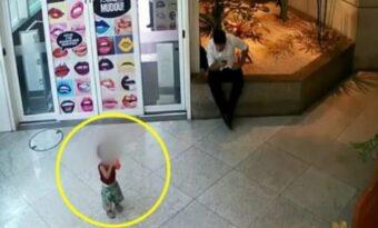 Mannen upptäcker en ensam baby i affären: Då inser han snart allvaret i situationen!