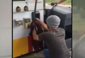 Han böjer sig ner vid bensinpumpen. Det han drar ut, är CHOCKERANDE!