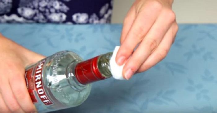Hon gnider en bomullstuss med vodka i ansiktet. Anledningen? Jag hade ingen aning!