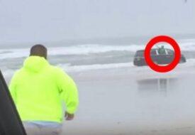 """""""Hjälp, mamma försöker döda oss!"""" Ropar barnen. Medan den gravida kvinnan kör bilen rakt ut i havet!"""