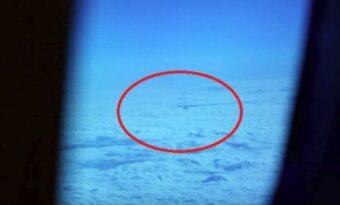 Passageraren tittar ut ur planetens fönster. Då ser han något som ger honom kalla kårar!