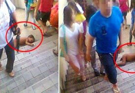 Barnet ligger naken och hjälplös i trappan medans folk bara går förbi utan att bry sig!