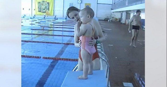 Mamman kastar den lilla 21 månader gamla flickan i bassängen! Vad som händer då chockar alla!