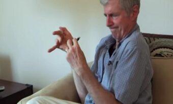 Larry har kämpat med Parkinsons sjukdom och skakningar i 20 år. Men se vad som får allt att bli bättre!
