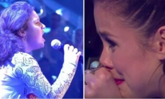 Hela salen blir tyst när flickan avslöjar vad hon ska sjunga. Men några sekunder senare kommer tårarna!