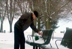 Varje dag lägger han ett mynt på bänken. Jag kan inte se utan klippet utan att gråta!