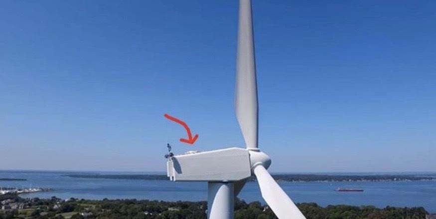 Mannen flyger en drönare över vindkraftverket. Det kameran då hittar chockar en hel värld!