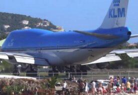 Flygplanet lyfter från startbanan. Men se turisterna på stranden – De kommer att få en överraskning de sent ska glömma!
