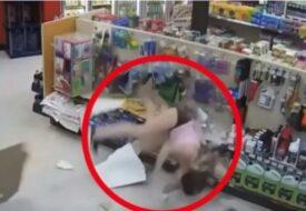 Tjuvarna försöker fly från butiken. Men det går inte direkt som planerat!