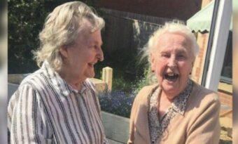 Hon hade inte sett sin syster på 15 år. Då upptäcker barnbarnet vem hennes granne på äldreboendet är!