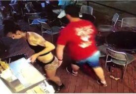 Kunden klämmer den unga servitrisen i rumpan. Sekunden senare får han ångra sig!