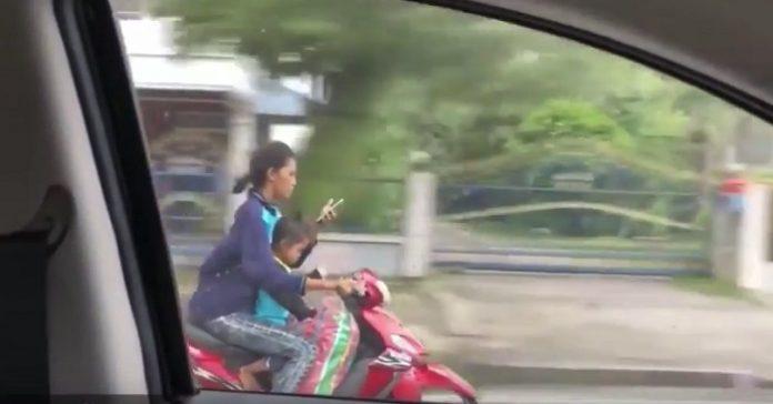 Kvinnan och hennes son var på väg hem efter jobbet på mopeden. Vad hon tar upp och börjar göra då är CHOCKERANDE!