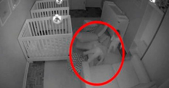Pappan till tvillingarna lägger dem för att sova och stänger dörren – men SE vad kameran filmar!