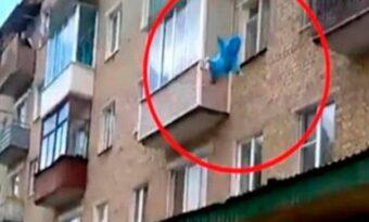 Pappan kastar barnet från 5:e våningen – Videon sprider sig nu som en löpeld på internet!