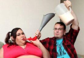 Han matar sin flickvän genom en tratt. Hennes mål är att bli världens tjockaste!